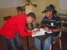 enmnanuel-pulgar-firmando-el-cuaderno-de-votacion